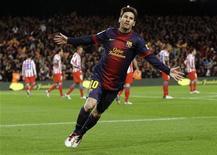"""Игрок """"Барселоны"""" Лионель Месси радуется голу, забитому в ворота """"Атлетико"""" в матче чемпионата Испании в Барселоне 16 декабря 2012 года. Выигравшие третий кряду крупный турнир игроки сборной Испании и показавший феноменальную результативность аргентинец Лионель Месси золотыми буквами вписали свои имена в историю футбола в уходящем 2012 году, в котором тем не менее не обошлось без трагических событий на поле и за его пределами. REUTERS/Gustau Nacarino"""