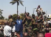 François Bozizé, le président centrafricain (en bleu), s'adresse à une foule de partisans, à Bangui. Les pays de la Communauté économique des États de l'Afrique centrale (CEEAC) ont annoncé samedi l'envoi de nouvelles troupes en République centrafricaine, alors que les rebelles de la Séléka menacent le gouvernement de François Bozizé. /Photo prise le 27 décembre 2012/REUTERS