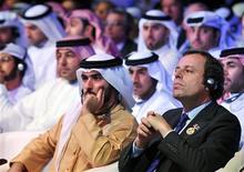 El presidente del Barcelona, Sandro Rosell, ha dicho que Tito Vilanova, que se recupera de una operación para extirpar un tumor en la glándula parótida, regresará al trabajo en enero. En la imagen, Rosell (derecha), durante una conferencia en Dubai. REUTERS/Mohammed Abu Omar