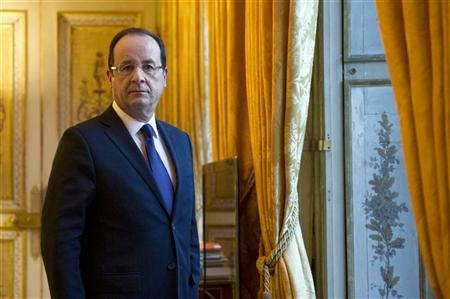 French President Francois Hollande poses in his office during a photo session at the Elysee Palace in Paris, December 17, 2012. REUTERS/Bertrand Langlois/Pool