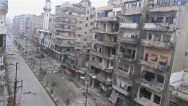 Immeubles endommagés à Homs, en Syrie. Les forces armées syriennes ont repris aux rebelles un quartier de la ville martyre de Homs, dans le centre du pays, après plusieurs jours de combats acharnés. /Photo prise le 20 décembre 2012/REUTERS/Thair Al-Khalidieh/Shaam News Network