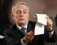 Primeiro-ministro da França, Jean-Marc Ayrault, participa de evento na sede da Unesco em Paris. O governo francês vai redesenhar a proposta de imposto de 75 por cento para os mais ricos e irá reenviá-la ao Congresso, afirmou neste sábado o gabinete do primeiro-ministro, depois de o Conselho Constitucional ter rejeitado a medida incluída no orçamento de 2013. 10/12/2012 REUTERS/Charles Platiau