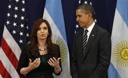 Presidente dos EUA, Barack Obama, encontra-se com a presidente da Argentina, Cristina Kirchner, em reunião do G20 em Cannes, França. A Argentina está pedindo a um tribunal de apelações dos Estados Unidos para reverter uma ordem exigindo que o país pague 1,33 bilhão de dólares a credores que não participaram de suas duas reestruturações de dívida, um processo judicial que pode ter ramificações enormes nos mercados de dívida. 04/11/2011 REUTERS/Kevin Lamarque