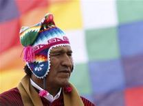El presidente izquierdista de Bolivia, Evo Morales, dijo el sábado que ha decretado la nacionalización de dos empresas de distribución eléctrica del grupo español Iberdrola, con objeto de ampliar la cobertura del servicio a áreas rurales. Imagen de Morales en una ceremonia maya en la isla de Intja, a 74 km de la capital, La Paz, el 16 de diciembre. REUTERS/Gaston Brito