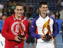 El serbio Novak Djokovic reeditó el sábado su triunfo en el torneo de exhibición Mubadala World Tennis Championship de Abu Dabi al derrotar en la final al español Nico Almagro, que logró al menos vencer el primer set en sus enfrentamientos con el número uno del mundo. En la imagen, Almagro y Djokovic posan con sus trofeos tras la final del torneo de Abu Dabi. REUTERS/Jumana El Heloueh
