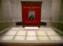 Recreaciones, desfiles, salvas de cañón y discursos conmemorarán a lo largo y ancho de Estados Unidos el 150 aniversario de la Proclamación de la Emancipación. En la imagen de archivo, la Proclamación de Emancipación, exhibida en el edificio de Archivos Nacionales en enero de 2006. REUTERS/Yuri Gripas