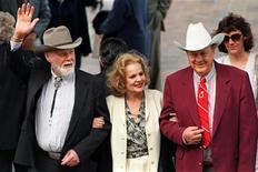 El veterano actor Harry Carey Jr., que apareció en decenas de series de televisión y películas, incluyendo nueve clásicos del famoso director de 'western' de Hollywood John Ford, ha muerto a los 91 años, informó su familia el viernes. En la imagen de archivo, Carey Jr. (izquierda) junto a Carroll Baker (centro) y Ben Johnson en un homenaje a John Ford en 1995.