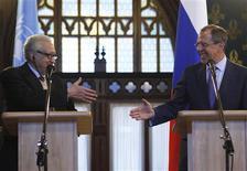 """Lakhdar Brahimi (à gauche), l'émissaire de l'Onu et de la Ligue arabe - ici à Moscou avec Sergueï Lavrov, ministre russe des Affaires étrangères - estime que la Syrie connaîtra """"l'enfer"""" faute d'une solution négociée au conflit qui fait rage depuis 21 mois. /Photo prise le 29 décembre 2012/REUTERS/Sergei Karpukhin"""
