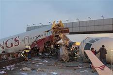 Un avión de una aerolínea rusa se rompió en varias partes después de salirse de la pista y se estrelló en una autopista en las afueras de Moscú, causando la muerte de cuatro de los 12 tripulantes que iban a bordo. Imagen del avión accidentado el 29 de diciembre en una autopista cerca del aeropuerto Vnukovo, en las afueras de la capital. REUTERS/Alexander Usoltsev/Handout