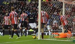 Carlos Cuellar (E) lamenta após marcar um gol contra em partida com o Tottenham Hotspur em Sunderland, norte da Inglaterra. Dois gols em três minutos do segundo tempo ajudaram o Tottenham Hotspur a conquistar uma merecida vitória de 2 x 1 contra o Sunderland neste sábado, levando os londrinos do norte para o terceiro lugar do campeonato inglês. 29/12/2012 REUTERS/Nigel Roddis