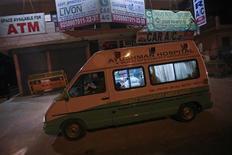 Ambulance transportant le corps de la jeune femme indienne victime d'un viol en réunion, en direction d'un crématorium, à New Delhi. Le corps de la jeune femme victime d'un viol en réunion qui a provoqué un mouvement de colère et d'indignation en Inde est arrivé à New Delhi dimanche matin avant d'y être incinéré. L'étudiante de 23 ans est morte de ses blessures, samedi, dans l'hôpital singapourien où elle était soignée. /Photo prise le 30 décembre 2012/REUTERS/Danish Siddiqui