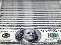 La banque centrale d'Egypte a annoncé qu'elle vendrait dimanche 75 millions de dollars, avec un montant maximum de 11 millions de dollars par banque, dans le cadre de sa première adjudication d'une devise étrangère. /Photo d'archives/REUTERS/Nicky Loh
