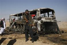 Un coche bomba explotó el domingo cerca de un convoy de autobuses que llevaba a peregrinos chiíes paquistaníes a Irán, causando la muerte de 20 personas e hiriendo a otras 24, dijeron las autoridades, en el último atentado contra la rama minoritaria del islam. En la imagen del 30 de diciembre, un soldado vigila uno de los autobuses afectados por el atentado en Queta. REUTERS/Naseer Ahmed