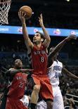 Los equipos de la NBA con jugadores españoles lograron un pleno de victorias en la jornada del sábado, con una gran actuación de José Manuel Calderón en el triunfo de los Toronto Raptors. En la imagen, Calderón (centro) entra a canasta durante el partido contra Orlando Magic. REUTERS/Kevin Kolczynski