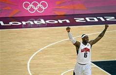 LeBron James logró finalmente hacerse con un anillo de la NBA, coronando un año en el que acalló las críticas y compartió el protagonismo con algunos jugadores inesperados. En la imagen de archivo, LeBron James celebra la victoria en la final de los Juegos Olímpicos en Londres contra España el pasado 12 de agosto. REUTERS/Brian Snyder