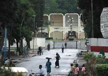 """Aux abords du palais présidentiel, à Bangui, en Centrafrique. Les rebelles centrafricains du Séléka pourraient entrer dans la capitale Bangui dès """"ce soir ou demain matin"""" et n'ont pas encore convenu de participer aux négociations que les pays voisins tentent d'organiser entre les insurgés et le président François Bozizé. /Photo d'archives/REUTERS/Luc Gnago"""
