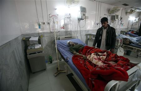 A badly injured Pakistani paramilitary soldier, who survived a shooting by Taliban militants, receives treatment at a hospital in Peshawar December 30, 2012. REUTERS/Fayaz Aziz