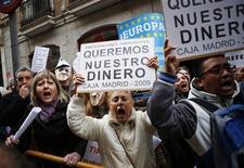 Ahorradores y pensionistas que han visto desaparecer su dinero por invertir en la entidad nacionalizada Bankia acudirán previsiblemente a los tribunales para buscar compensaciones en lugar de esperar a la apertura de una investigación oficial, algo que parece cada vez más improbable. Imagen de una concentración de perjudicados por Bankia en el exterior de la Audiencia Nacional en Madrid el 20 de diciembre. REUTERS/Paul Hanna