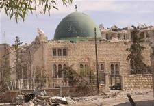 Una mezquita del siglo XIII está cerrada, su tambaleante minarete golpeado por un proyectil en la base. Los francotiradores disparan desde nidos situados en lo alto de los inmensos muros de piedra de la ciudadela, por donde han pasado tropas griegas, romanas, bizantinas, árabes y turcas a lo largo de la historia. Imagen de archivo de la mezquita Al Coran, en el barrio Suliman al Halbi de Alepo, dañada por los combates el pasado mes de octubre. REUTERS/George Ourfalian