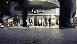 People walk past the entrance of the Galeria Kaufhof department store downtown Frankfurt, January 17, 2012. REUTERS/Kai Pfaffenbach (GERMANY - Tags: BUSINESS)