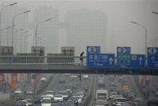 China planea publicar datos sobre la contaminación del aire en 74 de sus mayores ciudades cada hora desde el día de Año Nuevo, según informaron los medios estatales el domingo, en una muestra de una mayor sensibilidad sobre la calidad del aire entre los prósperos habitantes de las urbes. En la imagen de archivo, un hombre atraviesa un paso elevado sobre una autopista en Pekín con el aire enturbiado por el alto nivel de contaminación. REUTERS/David Gray