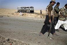 Soldados paramilitares caminham em área de explosão de ônibus em Quetta, Paquistão. Ampliando os ataques das últimas semanas, militantes paquistaneses mataram pelo menos 41 pessoas em dois incidentes separados, disseram autoridades neste domingo, questionando as afirmações de que ofensivas militares têm enfraquecido os grupos islâmicos de linha dura. 30/12/2012 REUTERS/Naseer Ahmed