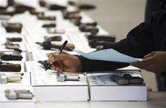 Armas são catalogadas durante evento de recompra em New Haven, Connecticut, EUA . O presidente dos Estados Unidos Barack Obama disse em uma entrevista transmitida no domingo que espera aprovar novas medidas de controle de armas nos EUA durante o primeiro ano do seu segundo mandato. 29/12/2012 REUTERS/ Michelle McLoughlin