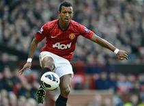 L'ailier de Manchester United Nani ne sera pas à vendre lors du marché des transferts de janvier, a fait savoir dimanche le manager Alex Ferguson, manière de couper court aux rumeurs de départ imminent du Portugais. /Photo prise le 29 septembre 2012/REUTERS/Nigel Roddis