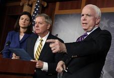 """Senadores John McCain (D), Lindsey Graham (C) e Kelly Ayotte falam sobre Benghazi em Washington, EUA. O senador republicano Lindsey Graham afirmou neste domingo que as chances de um pequeno acordo sobre o """"abismo fiscal"""" nas próximas 48 horas são """"extremamente boas"""" e que o presidente Barack Obama havia vencido. 21/12/2012 REUTERS/Yuri Gripas"""