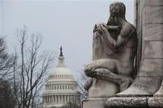 """Le Capitole à Washington. Les chances d'un accord a minima sur le mur budgétaire sont extrêmement élevées a déclaré dimanche le sénateur républicain Lindsey Graham, jugeant que le président Barack Obama """"avait gagné"""" alors que des sénateurs des deux camps travaillent à un accord qui permettrait d'éviter qu'une hausse des taxes pèse sur l'ensemble des foyers américains dès le 1er janvier. /Photo prise le 29 décembre 2012/REUTERS/Mary Calvert"""