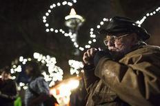 Ward Wood, de 67 anos, usa cachimbo em miniatura durante evento de fumo de maconha em Seattle, EUA. Após a legalização da maconha ter atingido o ponto alto em 2012 com vitórias nos estados norte-americanos de Washington e Colorado, a campanha elabora estratégia para as próximas batalhas. 06/12/2012 REUTERS/Jordan Stead