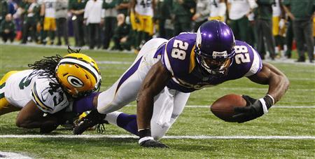 Minnesota Vikings running back Adrian Peterson (28) scores a touchdown past Green Bay Packers safety M.D. Jennings on a seven-yard carry in the first half of their NFL football game in Minneapolis, December 30, 2012. REUTERS/Eric Miller