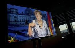 La crise de la dette en zone euro est loin d'être terminée bien que les mesures d'austérités mises en place commencent à porter leurs fruits, déclare la chancelière allemande Angela Merkel dans ses voeux pour la nouvelle année, qui seront diffusés à la télévision allemande ce lundi soir. /Photo prise le 30 décembre 2012/REUTERS/John Macdougall/Pool