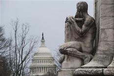"""Los legisladores estadounidenses pusieron el domingo al país al borde del """"abismo fiscal"""" mientras luchan por alcanzar un acuerdo de último hora que pueda proteger a la economía más grande del mundo de una recesión políticamente inducida. En la imagen, una estatua frente al Capitolio en Washington, el 29 de diciembre de 2012. REUTERS/Mary Calvert"""