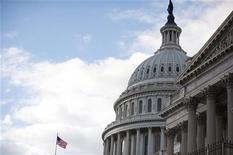 Le Congrès américain poursuit ses négociations lundi et il ne reste plus que quelques heures aux négociateurs pour éviter l'entrée en vigueur dès mardi de hausses d'impôt et de coupes drastiques automatiques dans les dépenses publiques. /Photo prise le 27 décembre 2012/REUTERS/Mary F. Calvert