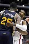 Los Angeles Clippers ampliaron su cadena de victorias consecutivas a 17 tras imponerse por 107-96 a los Utah Jazz el domingo. En la imagen, Al Jefferson (25) de Utah abraza a Chris Paul (D) de Los Angeles Clippers durante el partido disputado en Los Ángeles, California, el 30 de diciembre de 2012. REUTERS/Alex Gallardo
