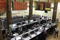 """A la Bourse du Caire. Le président égyptien Mohamed Morsi a déclaré que le cours de la livre égyptienne, tombé à son plus bas niveau historique, n'inquiétait pas le gouvernement et que la situation """"s'équilibrerait d'ici quelques jours"""", selon des propos rapportés par l'agence officielle Mena. /Photo prise le 25 novembre 2012/REUTERS/Asmaa Waguih"""