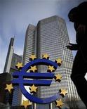 """El pasado mayo, mientras el euro se hundía en la crisis, el economista ganador de un Nobel Paul Krugman escribió una de sus columnas más sombrías sobre la moneda única, un artículo en el New York Times titulado """"Apocalipsis bastante próximo"""". En la imagen, un signo del euro frente al Banco Central Europeo (BCE) en Fráncfort, el 6 de diciembre de 2012. REUTERS/Lisi Niesner"""