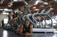 Desde carreras por el barro a fiestas para sudar o competiciones de CrossFit, los entrenamientos físicos se han vuelto más específicos, cortos y más sociales en 2012, dicen los expertos, sobre una actividad que se ha endulzado un poco gracias a los teléfonos inteligentes y amigos. En la imagen, Nick Coutts, cofundador de la cadena de gimnasios Fitness Hut posa en uno de sus centros, en Cascais, Portugal, el 18 de diciembre de 2012. REUTERS/Rafael Marchante