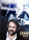 """Los enanos y elfos de """"El Hobbit: Un Viaje Inesperado"""" se impusieron nuevamente en la taquilla norteamericana durante el fin de semana, debido a que sus 32,9 millones de dólares (24,9 millones de euros) en ventas de entradas superaron al musical repleto de estrellas """"Los Miserables"""" y al western """"Django desencadenado"""". En la imagen, el director Peter Jackson llega al estreno de """"The Hobbit"""" en Nueva York, el 6 de diciembre de 2012. REUTERS/Carlo Allegri"""