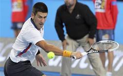 Novak Djokovic a remporté son premier match de l'année 2013 avec un jour d'avance lundi à Perth, où la Serbie a battu l'Italie 2-1 en Hopman Cup, mais s'est blessé à une jambe. Le n°1 mondial serbe venait de battre l'Italien Andreas Seppi 6-3 6-4 lorsqu'une barrière est tombée sur lui sous la pression de ses admirateurs en quête d'un autographe. /Photo prise le 31 décembre 2012/REUTERS