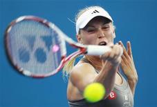 La Danoise Caroline Wozniacki, tête de série n°8, a été éliminée lundi dès le premier tour du tournoi de Brisbane par la Kazakhe Ksenia Pervak, 103e mondiale, qui s'est imposée 2-6 6-3 7-6(1). /Photo prise le 31 décembre 2012/REUTERS/Daniel Munoz