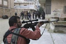 Un integrante del Ejército de Siria Libre apunta su arma durante un enfrentamiento con tropas leales al presidente Bashar Al-Asaad en el distrito Bustan al-Qasr de Alepo, Siria, dic 30 2012. Intensos enfrentamientos surgieron el lunes en las afueras de Damasco, cuando tropas de elite del Gobierno sirio apoyadas por tanques intentaron recapturar un suburbio estratégico en manos de rebeldes en una de las mayores operaciones militares vistas en el distrito en meses, dijeron activistas de oposición. REUTERS/Muzaffar Salman