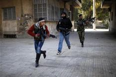 Intensos enfrentamientos surgieron el lunes en las afueras de Damasco, cuando tropas de elite del Gobierno sirio apoyadas por tanques intentaron recapturar un suburbio estratégico en manos de rebeldes en una de las mayores operaciones militares vistas en el distrito en meses, dijeron activistas de la oposición. En la imagen, combatientes del Ejército Libre Sirio cruzan una calle mientras luchan con fuerzas leales al presidente Bashar el-Asad durante una batalla en el frente de la ciudad de Alepo, el 31 de diciembre de 2012. REUTERS/Ahmed Jadallah