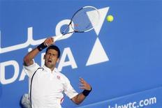 Djokovic machucou a perna enquanto fãs o pressionavam durante uma sessão de autógrafos. 28/12/2012. REUTERS/Jumana El Heloueh
