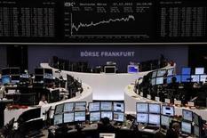 Un grupo de operadores en sus estaciones de trabajo en el parqué de Fráncfort en Alemania, dic 27 2012. Las acciones europeas cerraron estables el lunes en una sesión más corta por los festejos de fin de año, en medio de la aversión al riesgo de los inversores por el temor a una crisis fiscal en Estados Unidos, tras anotar sólidas ganancias en el 2012. REUTERS/Remote/Joachim Herrmann