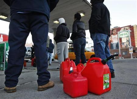 Customers wait in line for gas at a Hess fuelling station in Brooklyn, New York, November 9, 2012. REUTERS/Brendan McDermid