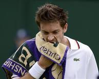 Le Français Nicolas Mahut, 108e mondial, a annoncé lundi être forfait pour l'Open de tennis d'Australie qui démarre à la mi-janvier. /Photo prise le 28 juin 2012/REUTERS/Dylan Martinez