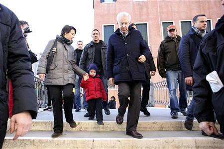 Outgoing Italian Prime Minister Mario Monti (4th R) walks during a private visit with his family in Venice December 29, 2012. REUTERS/Manuel Silvestri