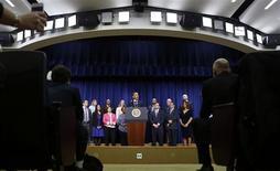 """Conférence de Barack Obama sur le """"mur budgétaire"""" à Washington. Le Sénat américain a adopté mardi l'accord conclu avec la Maison blanche afin d'éviter l'entrée en vigueur des hausses d'impôts et coupes budgétaires automatiques de 600 milliards de dollars, qui risque de plonger les Etats-Unis dans la récession. /Photo prise le 31 décembre 2012/REUTERS/Larry Downing"""
